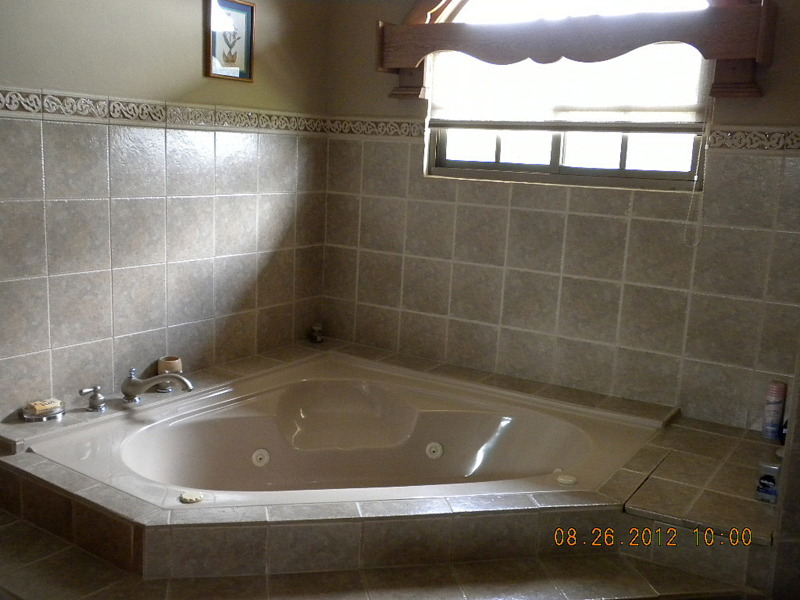 Master bedroom and bath potrerillos arriba villa de for Master bathroom with corner tub